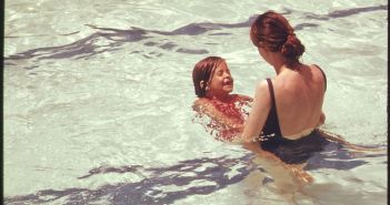 1024px-MOTHER_AND_DAUGHTER_IN_A_PUBLIC_SWIMMING_POOL_IN_WASHINGTON,_DISTRICT_OF_COLUMBIA_-_NARA_-_555649