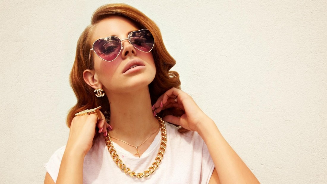 lana_del_rey_girl_glasses_jewerly_hands_10053_1366x768