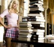 anna-faris-looking-at-books