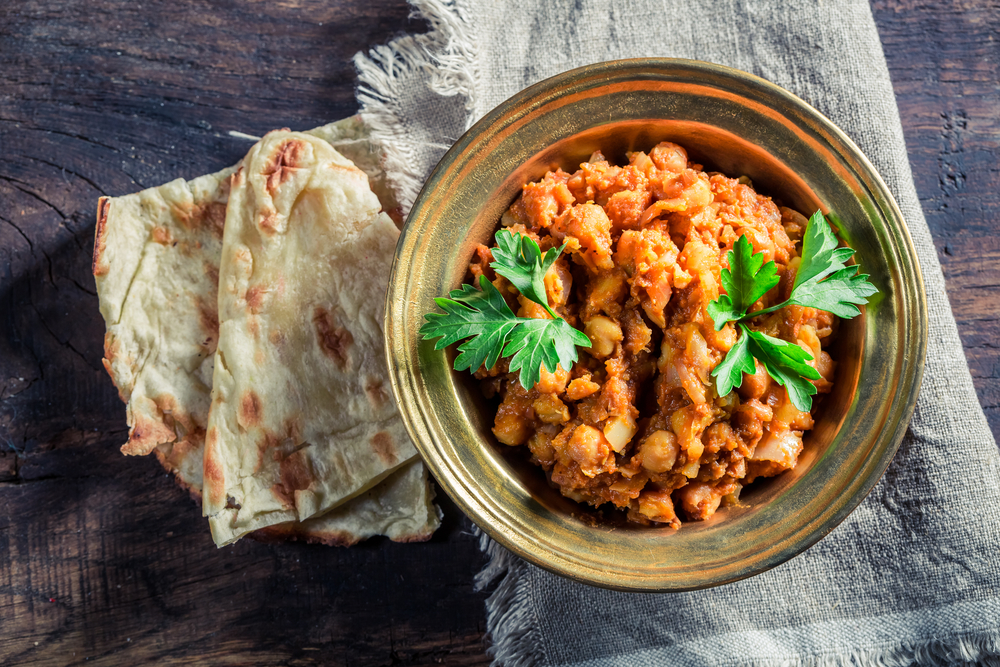 Receta healthy: Curry de garbanzos o Chana Masala con salsa de yogurt y hierbabuena